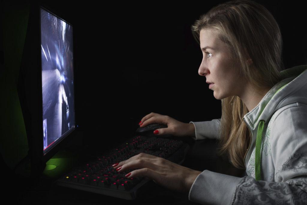 Ihminen katsoo tietokonetta
