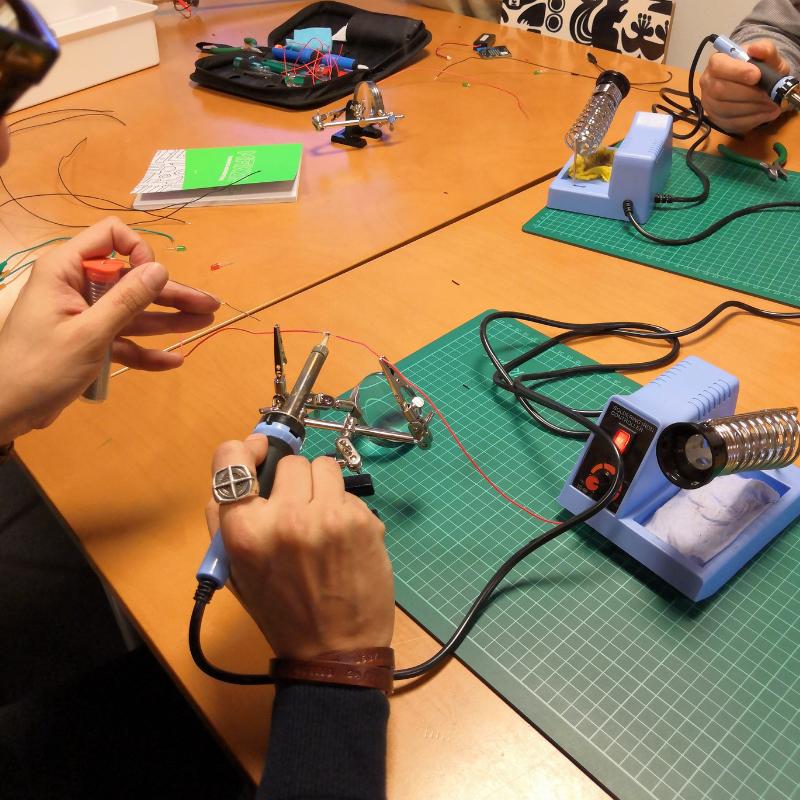 Maker-toimintaa pöydän äärellä.