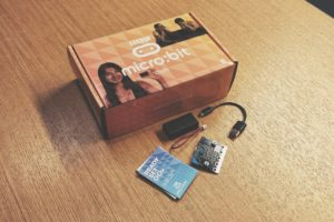 Micro:bit laatikko pöydällä ja kontrolleri sen vieressä.