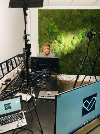 Verken Marcus istuu tekniikkavastaavana tietokoneen äärellä toimistolla