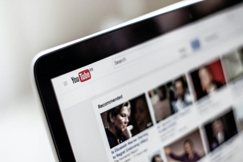 Kuva tietokoneen näytöstä, jossa avattuna YouTube-sivu.