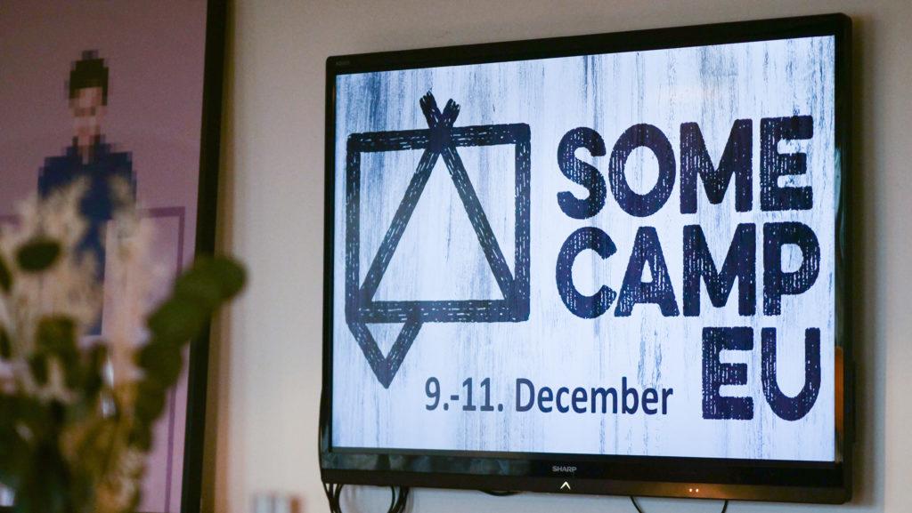 SomeCamp EU logo näytöllä.