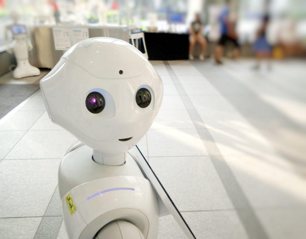 Robotti katsoo kameraan päin.