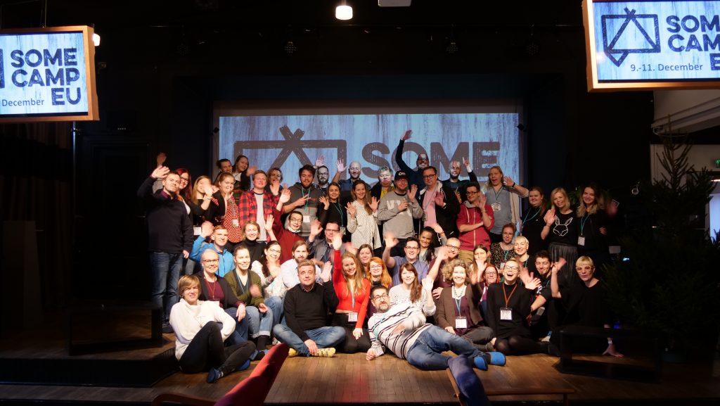 Iso joukko ihmisiä SomeCamp EU:ssa.