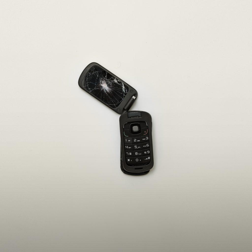 Rikkoutunut musta puhelin.