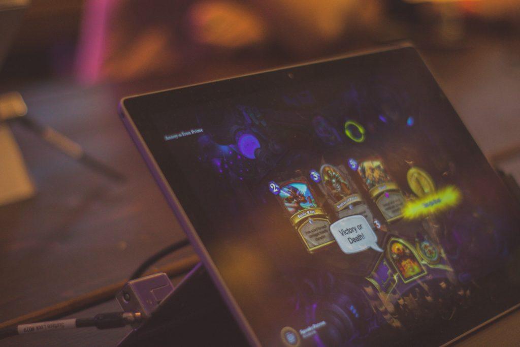Tummanpuhuva kuva tietokoneen ruudusta jossa tietokonepeli auki.