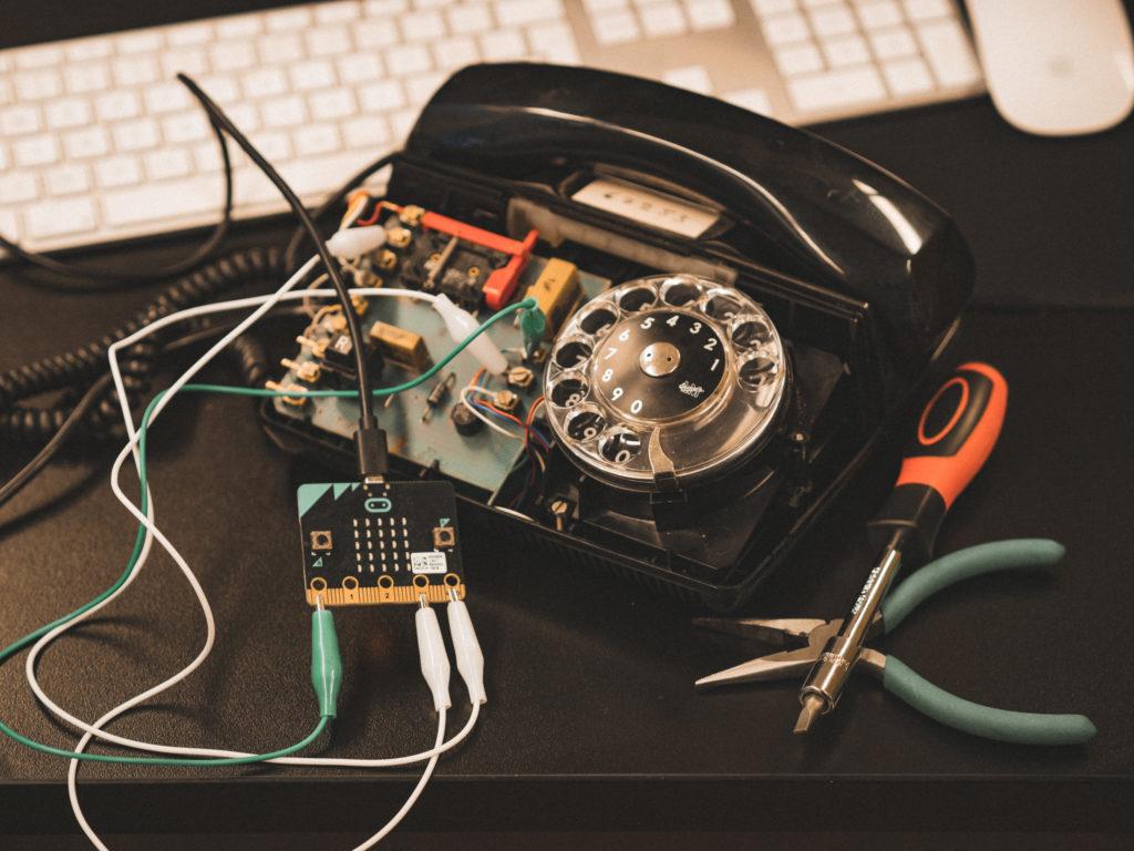 Vanhanaikaiseen lankapuhelimeen liitetty microbit.