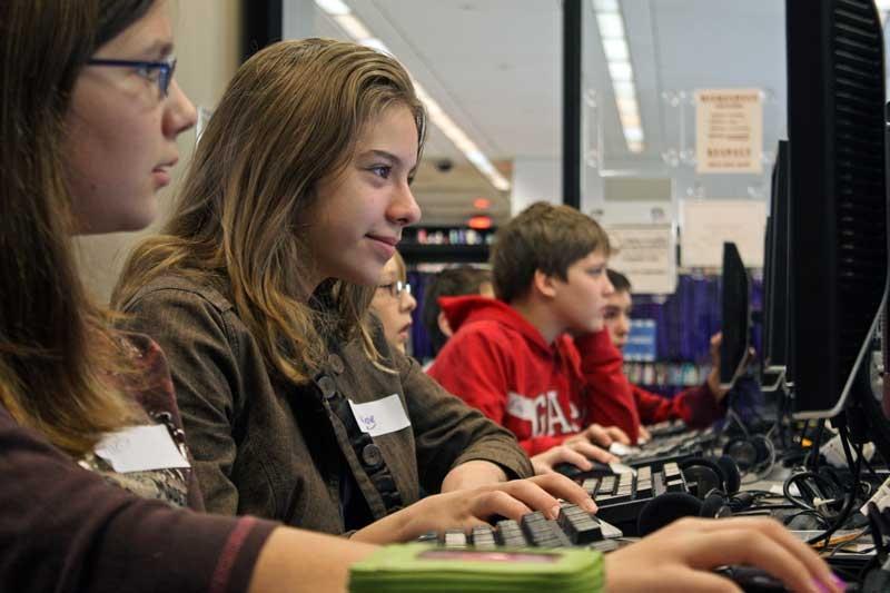 Nuoret pelaavat tietokoneilla