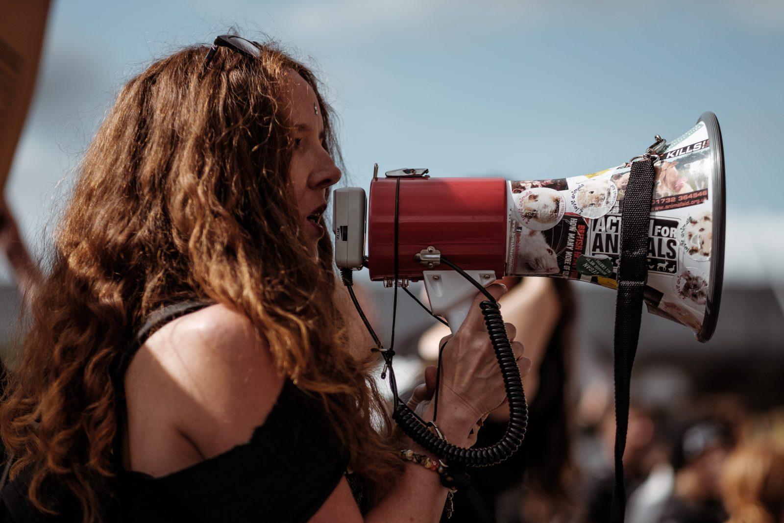 Nainen puhuu megafoniin
