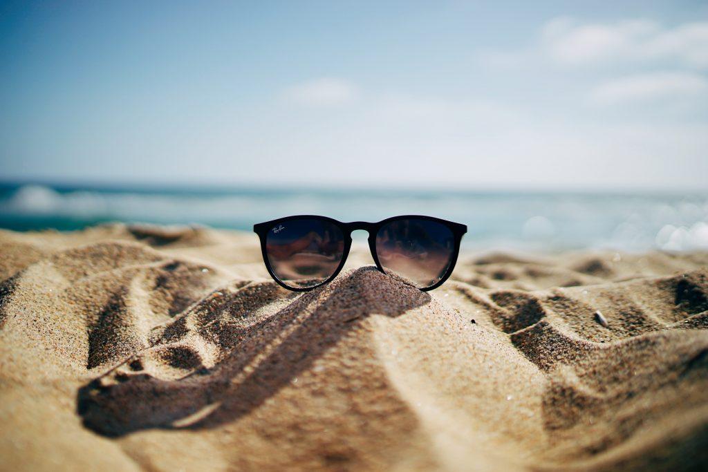 Aurinkolasit hiekalla