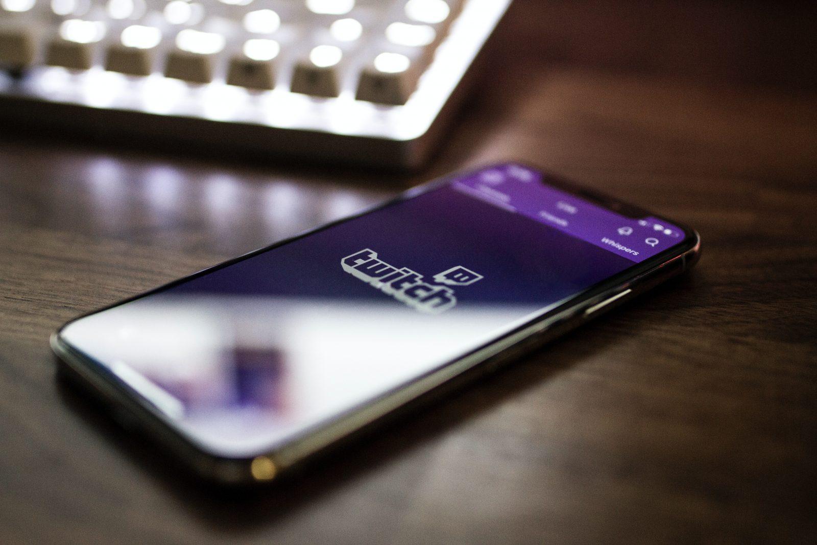 Mobiltelefon med text Twitch på skärmen