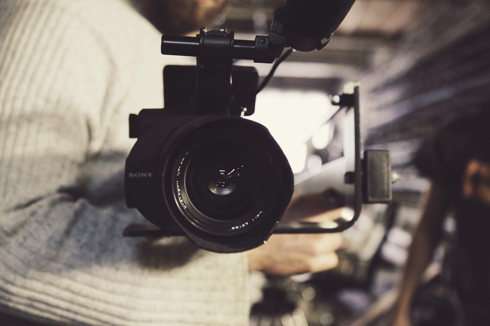 Videokamaera osoittaa kohti