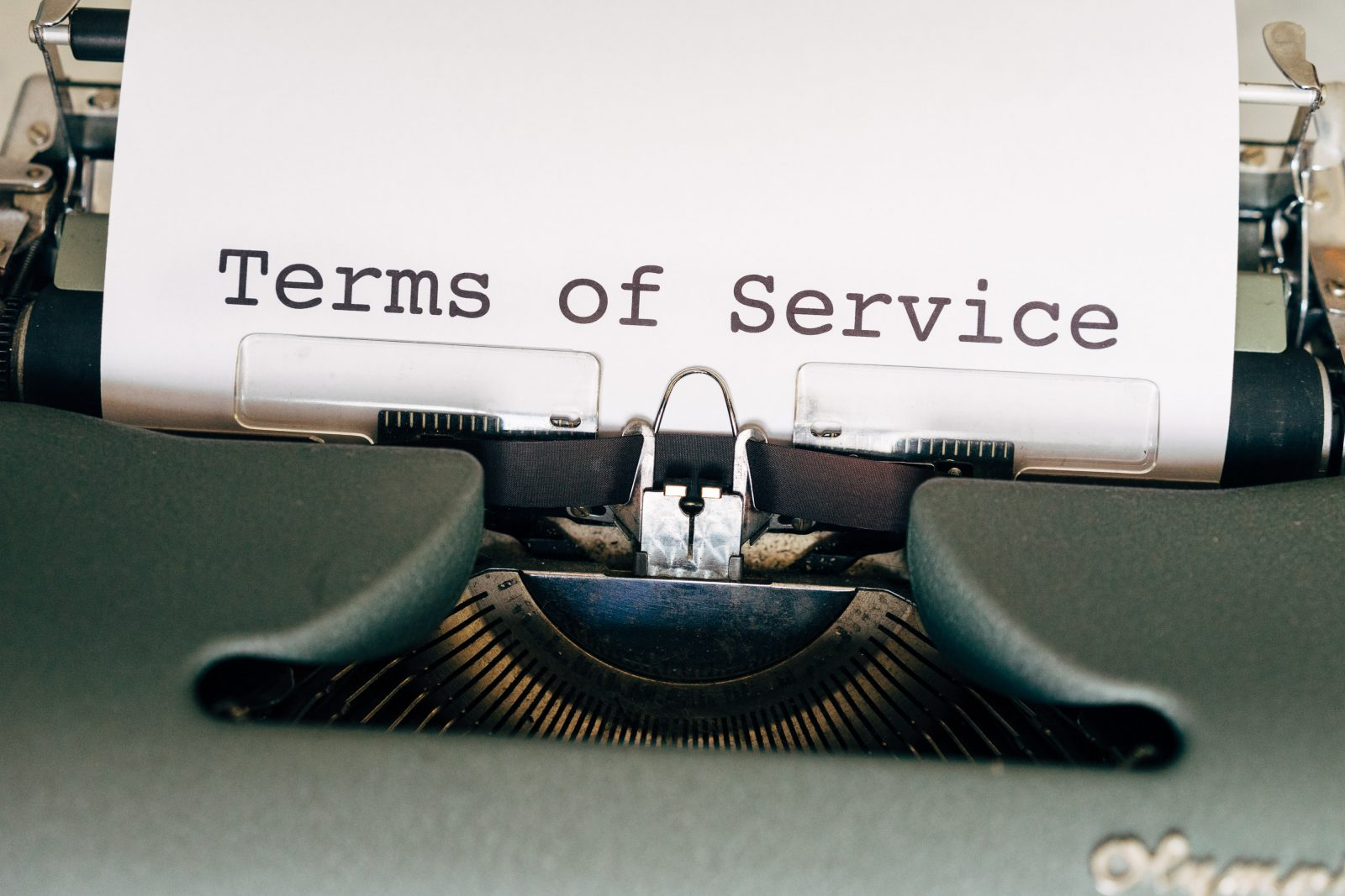 Kirjoituskonen, jonka paperille on kirjoitettu Terms of service