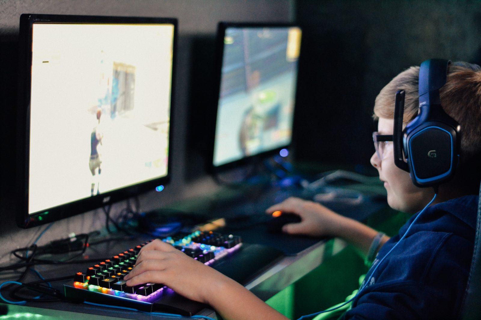 Nuori henkilö pelaa tietokoneella peliä.