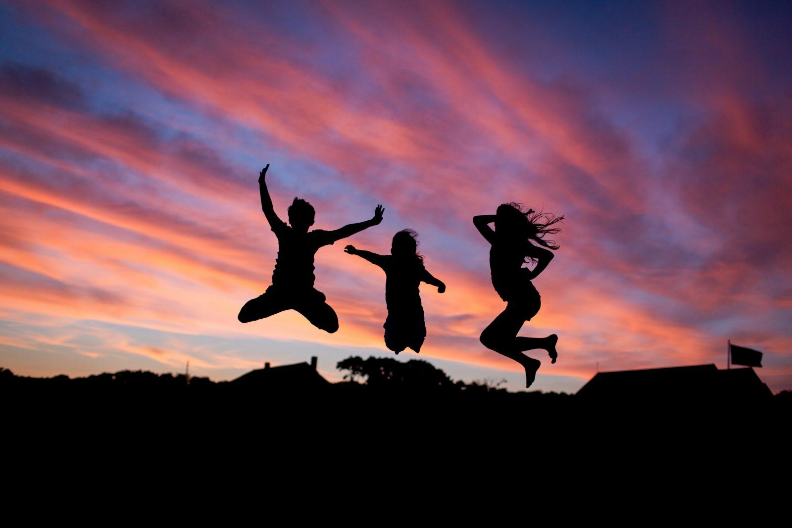 Kolme nuorta hyppää ilmaan
