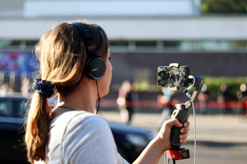 En flicka skjuter video utomhus
