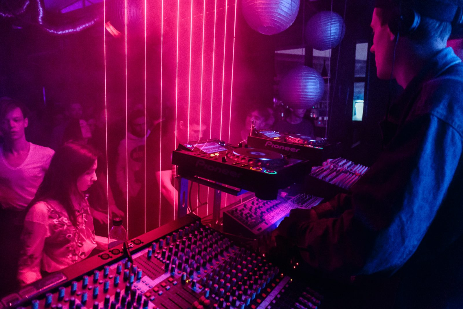 DJ soittaa levyjä yökerhossa
