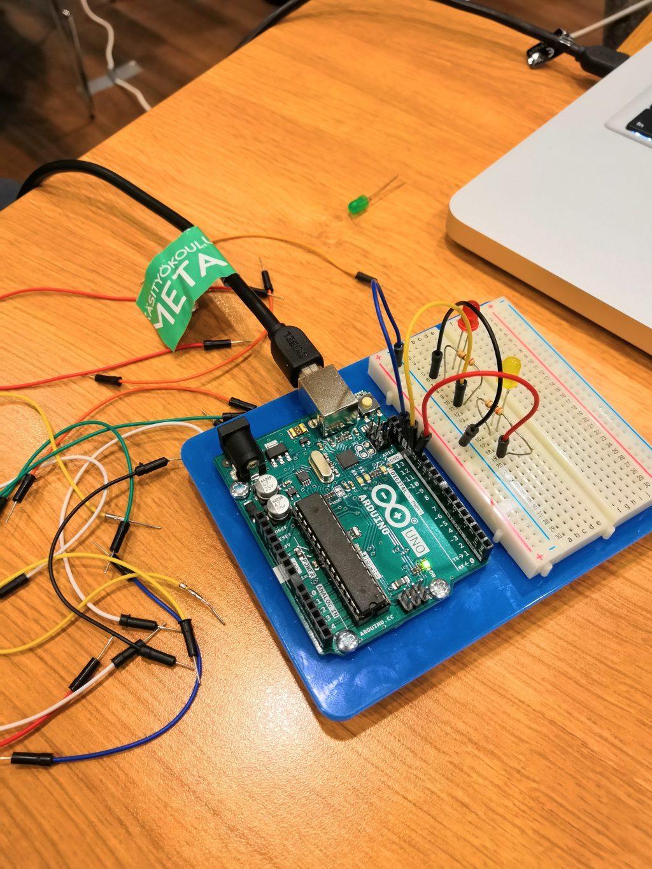 Pöydällä Arduino, jossa kiinni erilaisia johtoja.