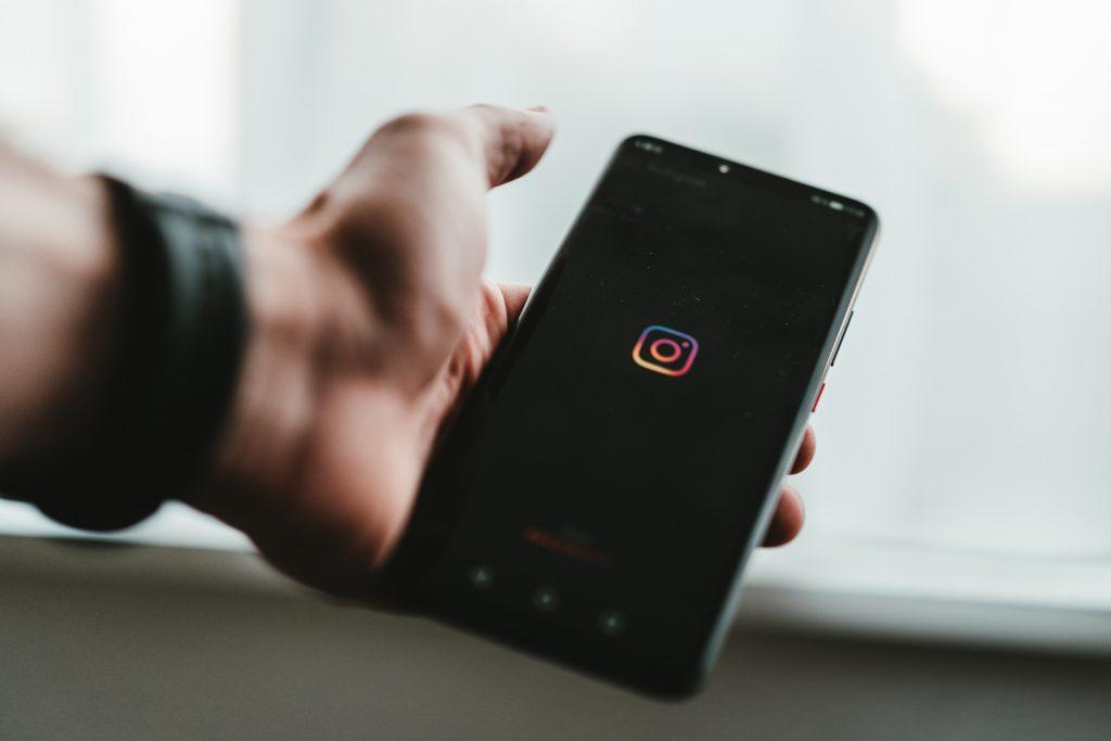 Puhelimen näytöllä Instagramin logo