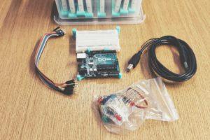 Arduino-setin osiot levitettynä pöydälle.