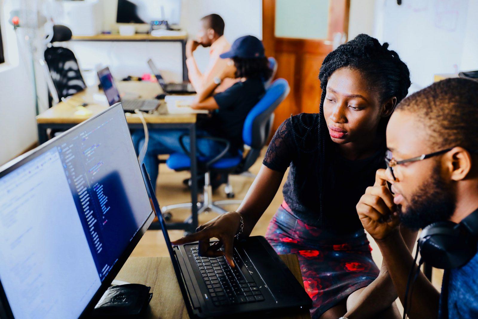 Nuoria tietokoneiden ääressä