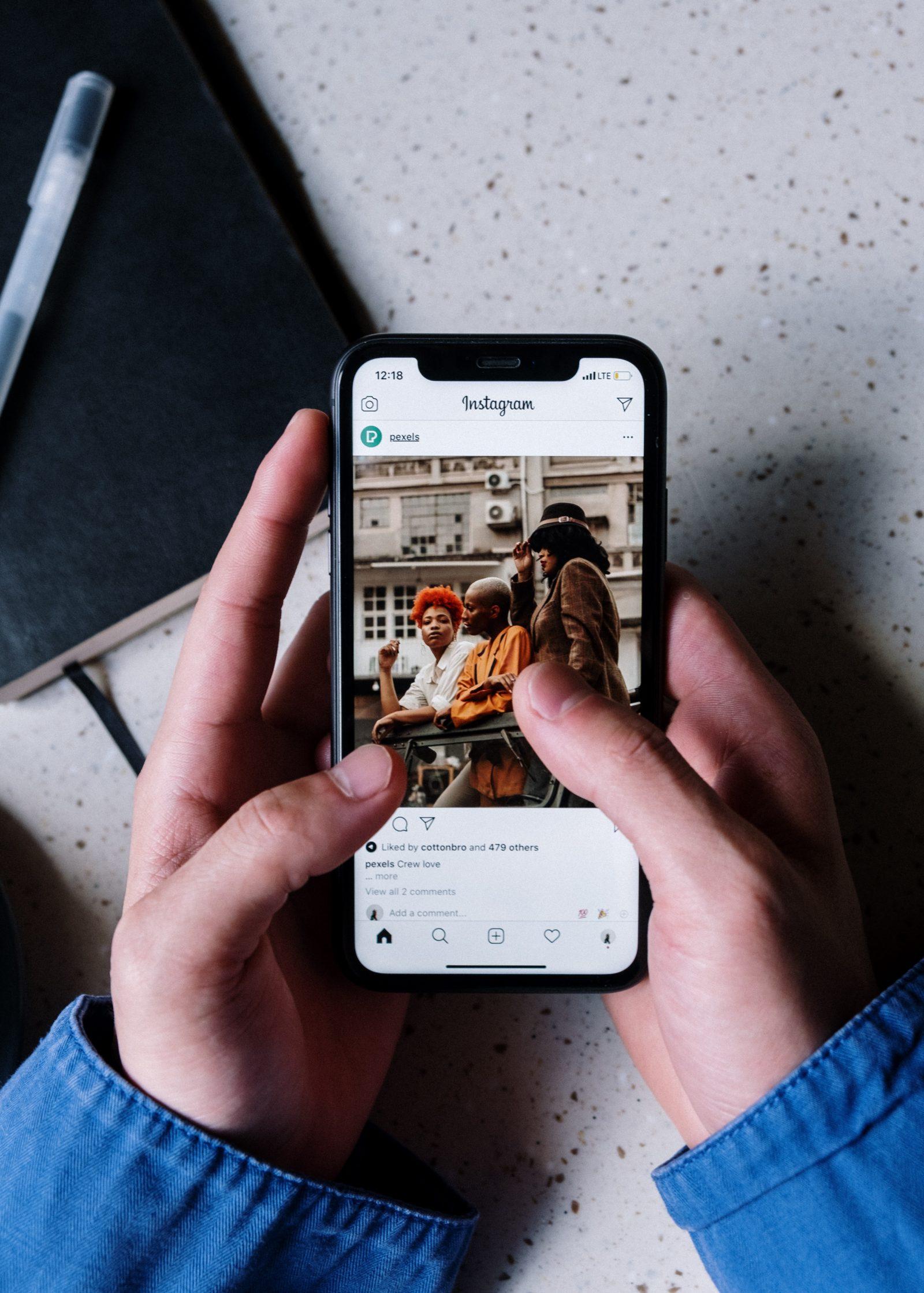 Puhelin kädessä ja selataan Instagramia