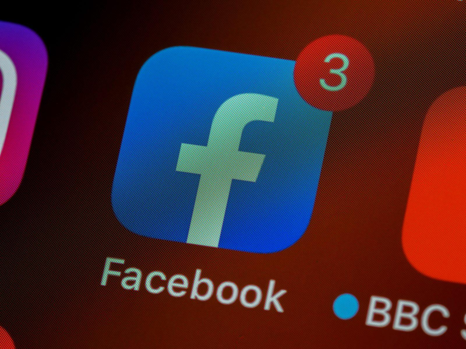 Lähikuva ruudusta, jossa Facebookin logosta, jossa yksi ilmoitus.