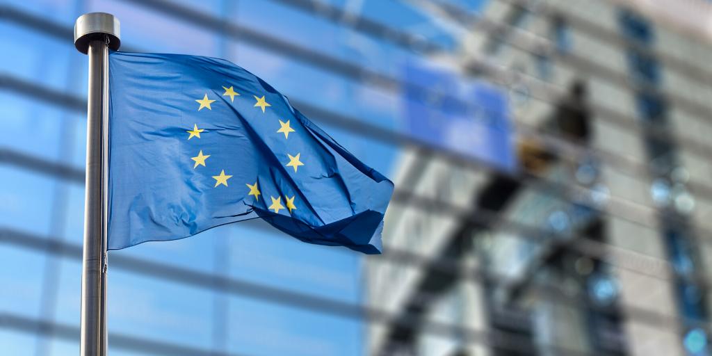 EU-lippu liehuu tangossa lasiseinän edustalla.