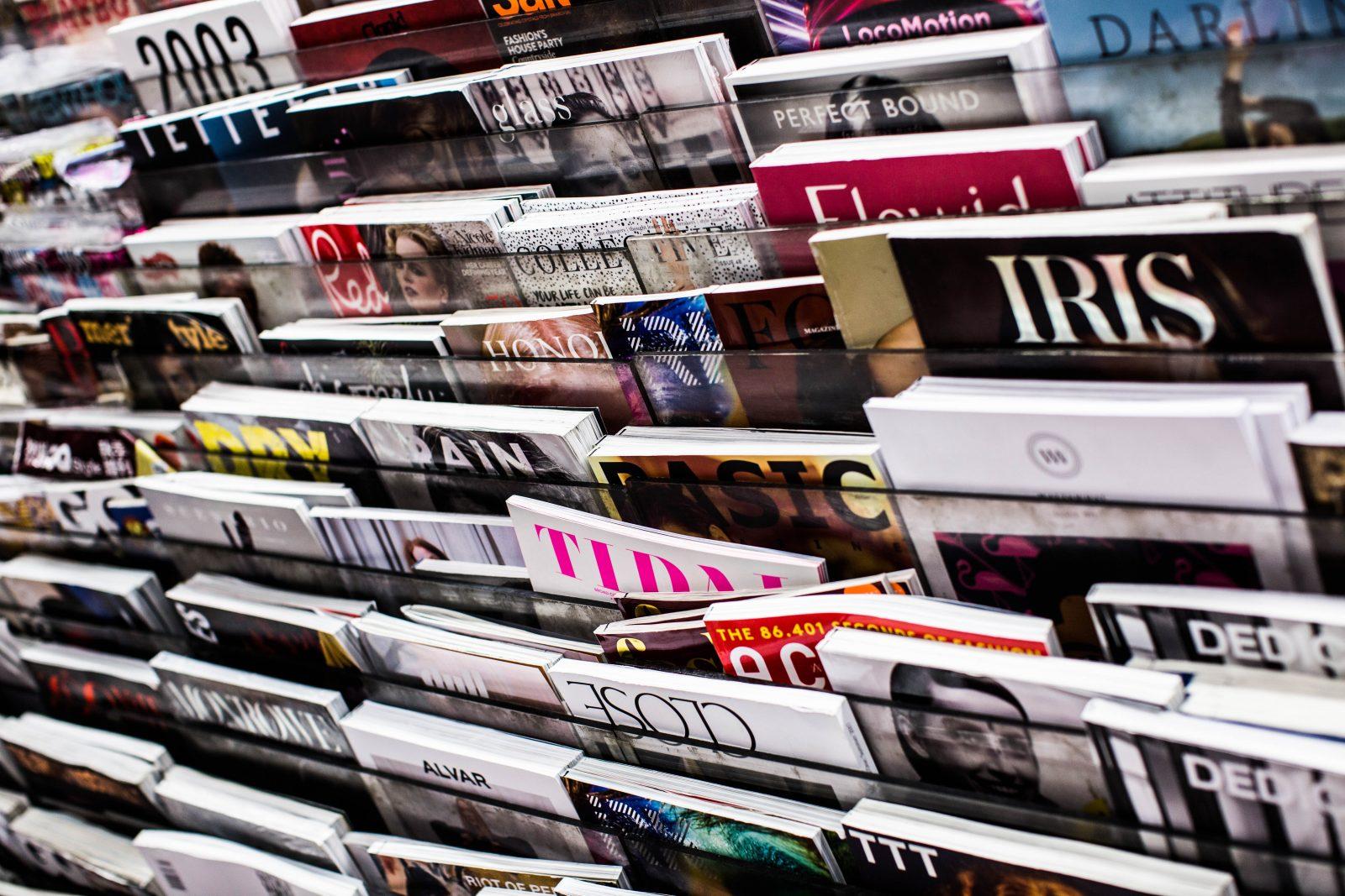Lehtihylly täynnä lehtiä kaupassa.