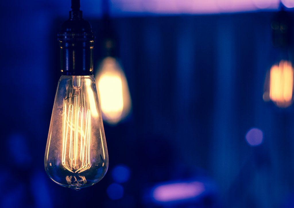 Himmeä lamppu palaa sinisessä tilassa.